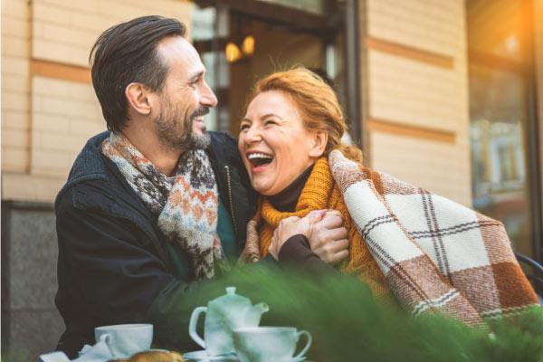 uomo e donna che ridono felici